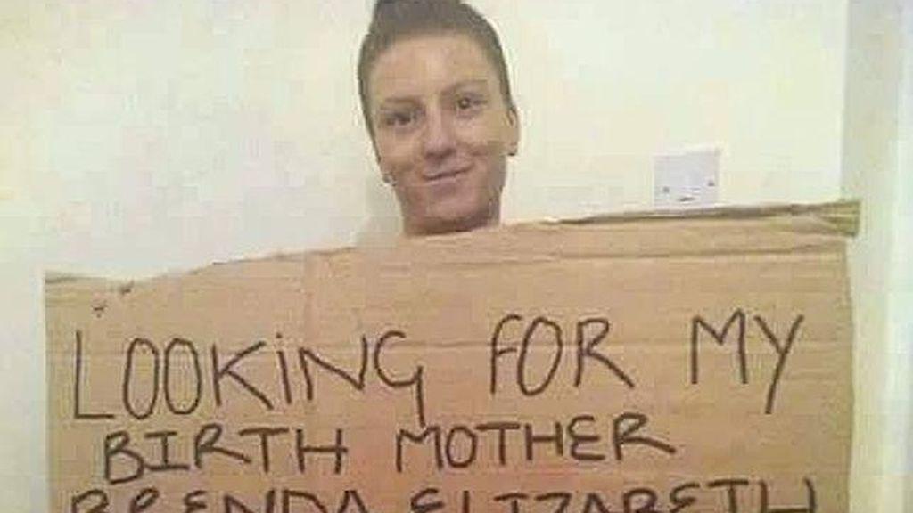 Encuentra a su madre 21 años después tras pedir ayuda en Facebook para localizarla