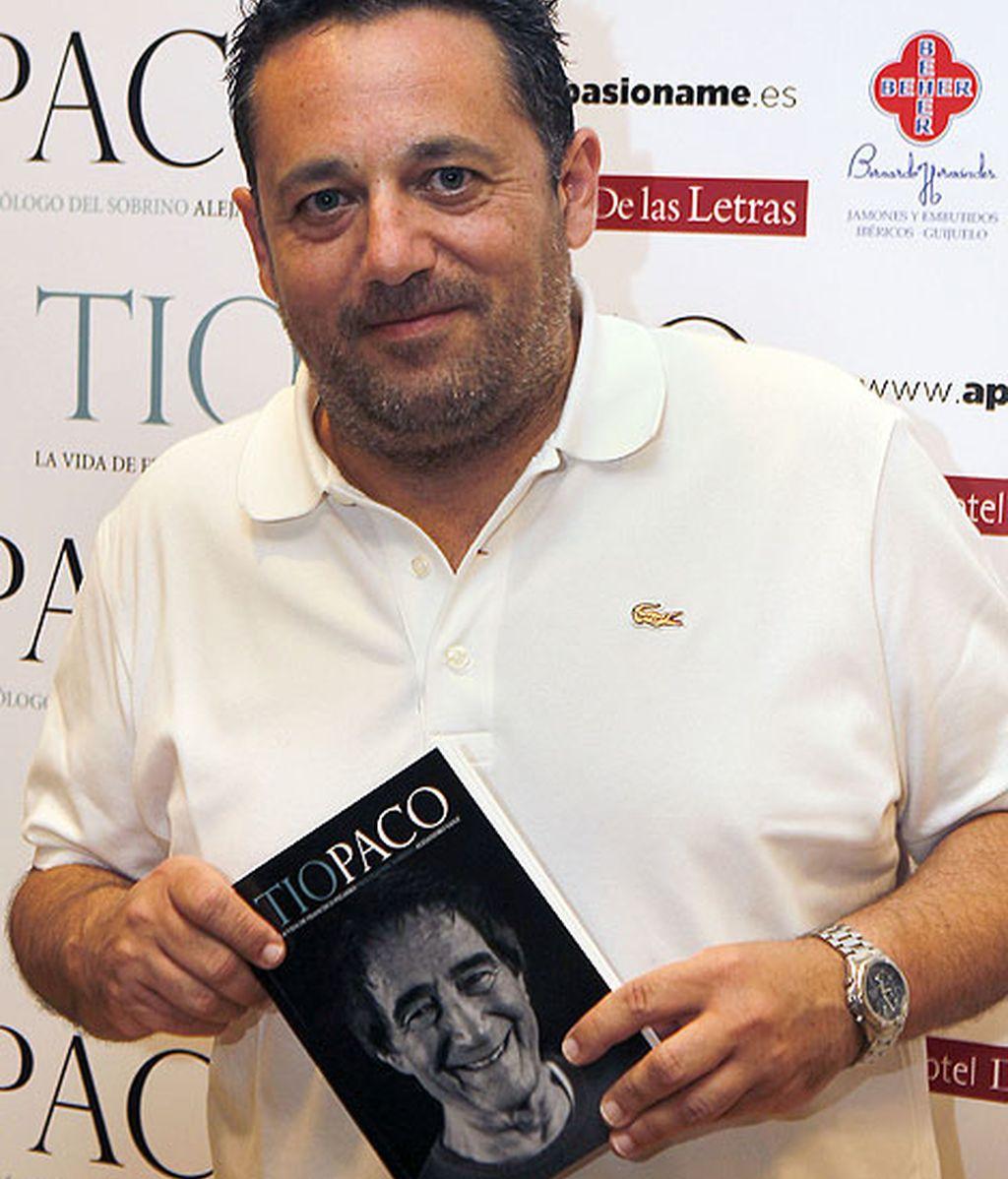 El actor Pepón Nieto posó con el libro del 'tío Paco'