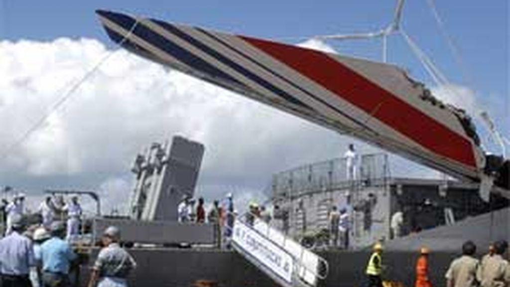 Militares de la Marina brasileña desembarcan una pieza metálica de 14 metros de altura de la Fragata Constitución, en la ciudad de Recife (Brasil). EFE