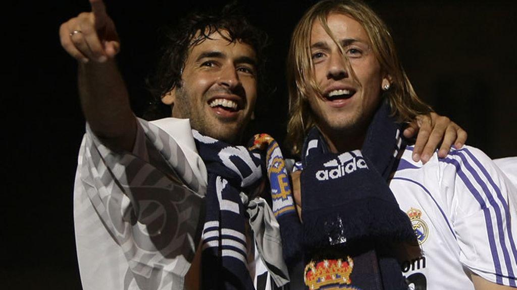 Raúl celebra con Guti la consecución de la Liga