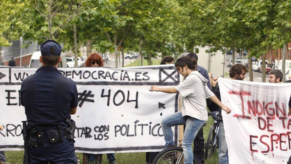 Los indignados frente a la Asamblea de Madrid