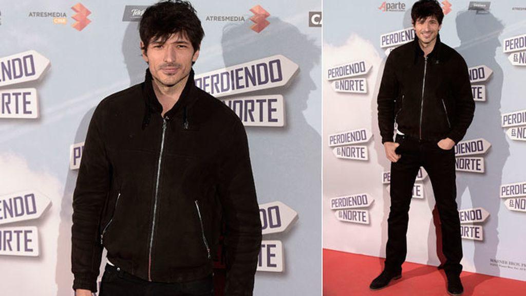 Andrés Velencoso, a juego con su chica, con look 'total black'