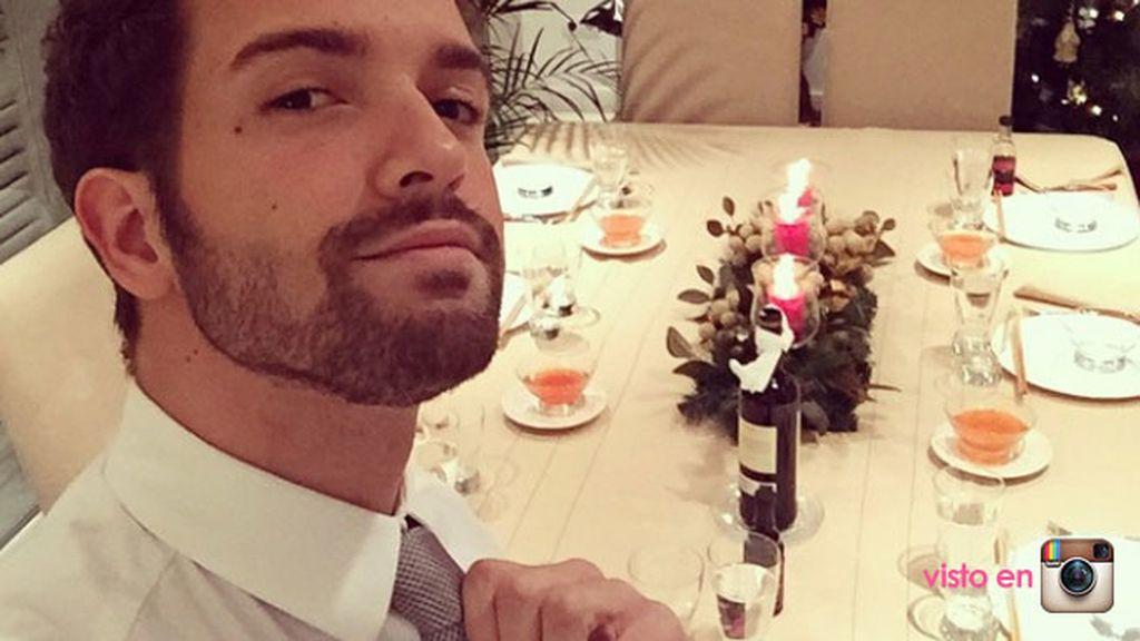 Pablo Alborán, esperando en la mesa antes de despedir el año