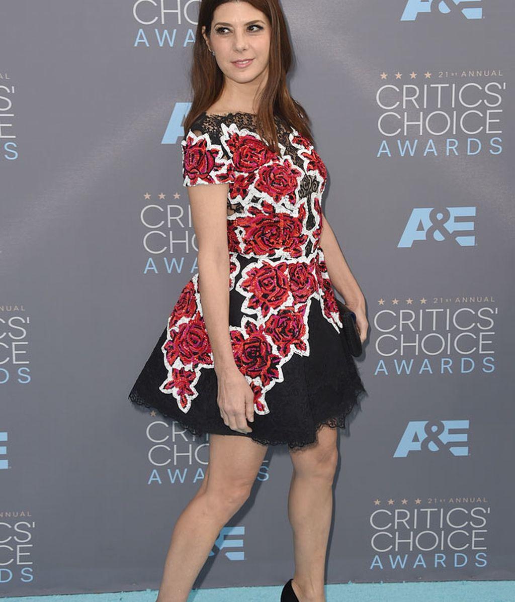 Marisa Tomei se atrevió con un vestido corto estampado