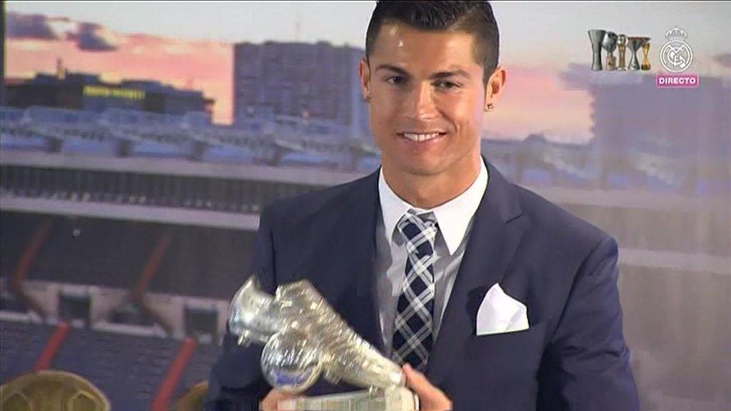 Cristiano Ronaldo posando con su trofeo