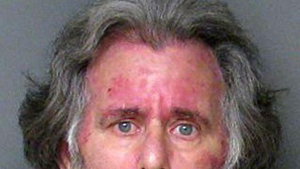 Richard James Verone, desempleado de 59 años roba 1 dólar en un banco de Gastonia, en Carolina del Norte, para recibir atención médica en la cárcel.