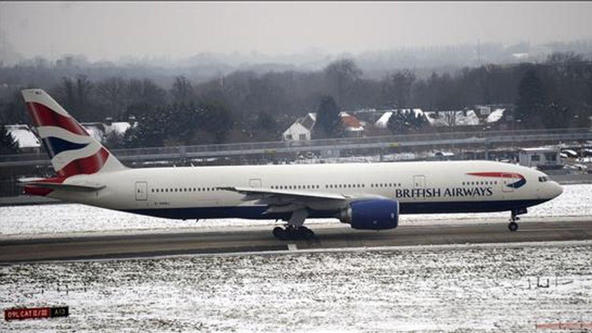 Un avión espera su turno para despegar en la pista del aeropuerto de Heathrow, en Londres (Reino Unido). EFE/Archivo