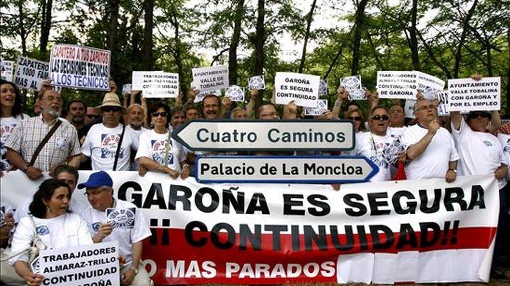 Miembros del comité de empresa de Santa María de Garoña se concentran ante el Palacio de La Moncloa, en Madrid, para transmitir al presidente del Gobierno, José Luis Rodríguez Zapatero, su posición sobre el futuro de la central nuclear. EFE