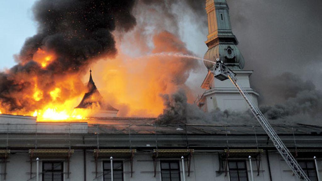 Un incendio destruye el tejado del Castillo de Riga