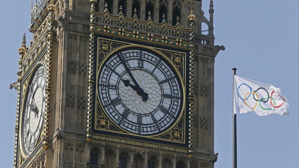 Una bandera con los aros olímpicos ondea junto al Big Ben en Londres