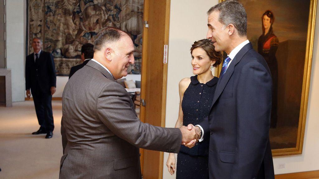 Los Reyes saludan al chef José Andrés en la recepción de la residencia del embajador de España