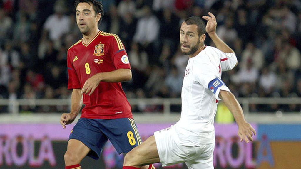 El centrocampista español Xavi Hernández lucha por el balón con el georgiano Jaba Kankaval