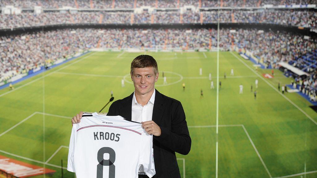 Toni Kroos posa sonriente con el número ocho del Real Madrid