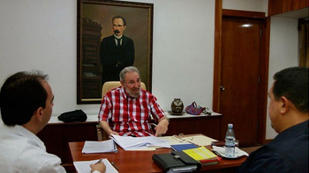 Chávez se reúne por sorpresa con Fidel y Raúl Castro en Cuba