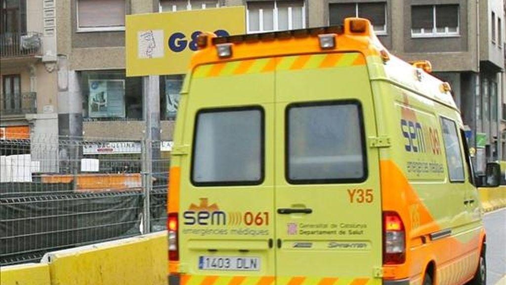 Una ambulancia traslada a unos heridos en un accidente. EFE/Archivo