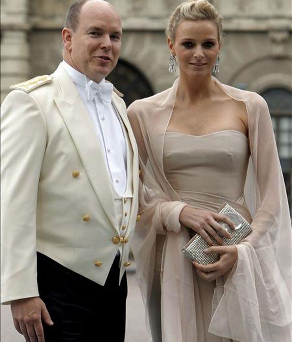 El príncipe Alberto de Mónaco y Charlene Wittstock, a su llegada a la boda de la princesa heredera Victoria de Suecia y su prometido, Daniel Westling, en la catedral de San Nicolás de Estocolmo (Suecia), el pasado 19 de junio. EFE/Archivo