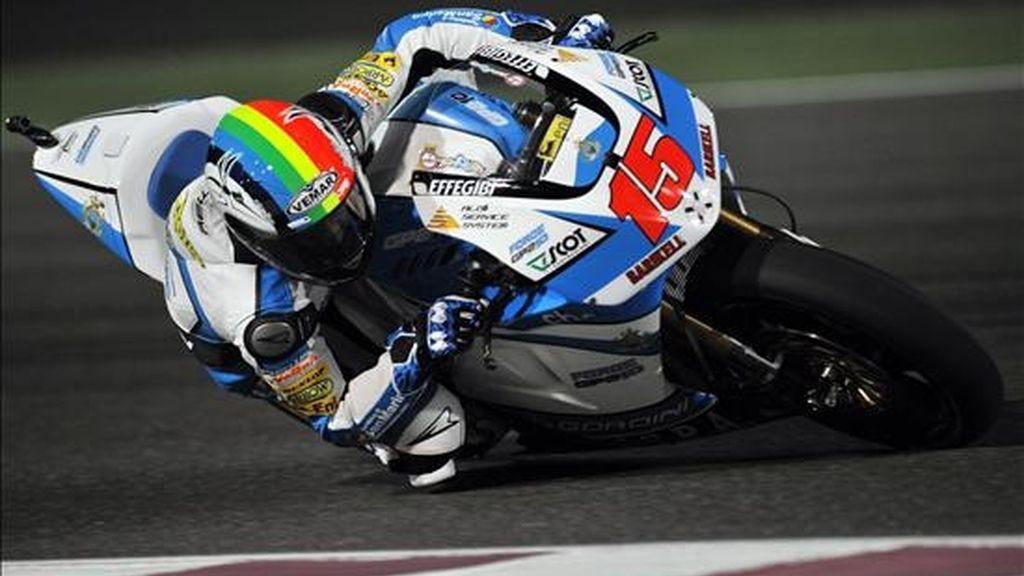 El piloto Alex de Angelis, de San Marino, conduce su motocicleta durante la sesión de prácticas del Gran Premio de Qatar en el Circuito Internacional Losail en Doha (Qatar). EFE/Archivo