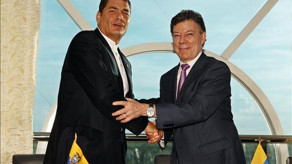 El presidente ecuatoriano, Rafael Correa (i), saluda a su homólogo colombiano, Juan Manuel Santos (d), durante la Cumbre de la Unión de Naciones Suramericanas (Unasur) en Georgetown (Guyana). EFE