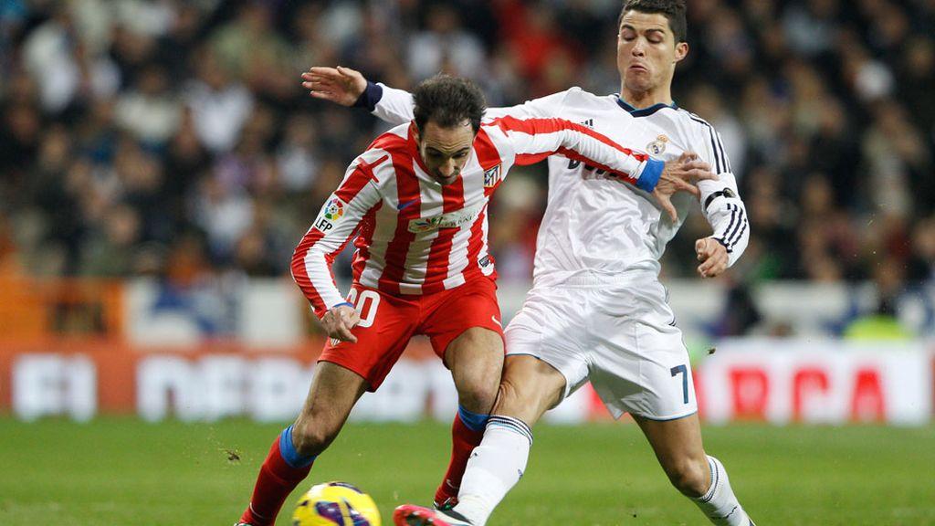 Cristiano Ronaldo y Juan Fran disputan el balón en un derbi en el Bernabéu