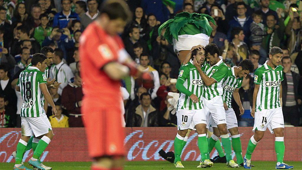 Los jugadores del Real Betis celebran el primer gol del equipo, conseguido por el centrocampista Beñat Etxebarría ante el Real Madrid