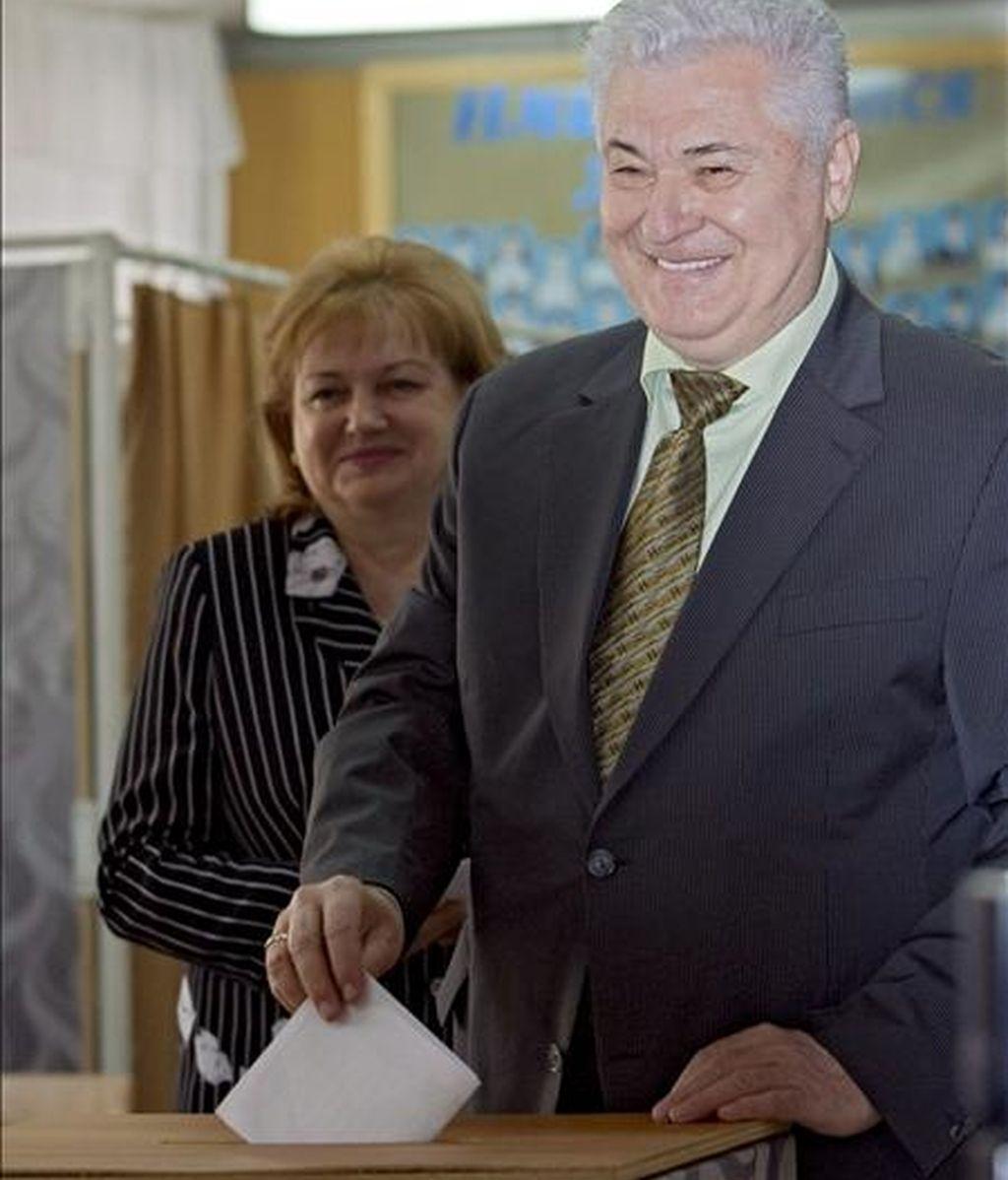 El presidente de Moldavia, Vladimir Voronin (d), y su esposa, Taisia Voronin, depositan su voto hoy en un colegio electoral para los comicios al Parlamento, en el Liceo Antioh Cantemir de Chisinau (Moldavia). EFE