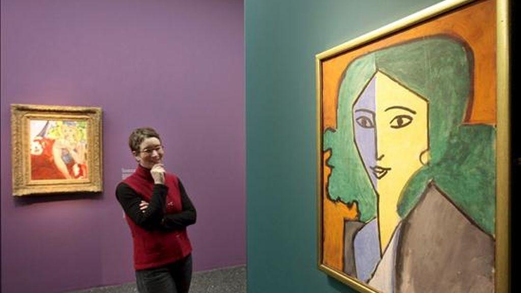 """Una mujer observa el cuadro """"Madame L.D. Retrato en verde, azul y amarillo"""" (1947) de Henry Matisse en una exposición de Hamburgo (Alemania). EFE/Archivo"""