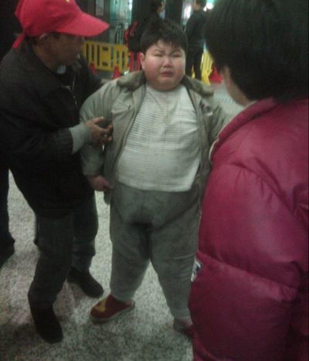 Sus padres lo dejan tirado en la calle por ser obeso