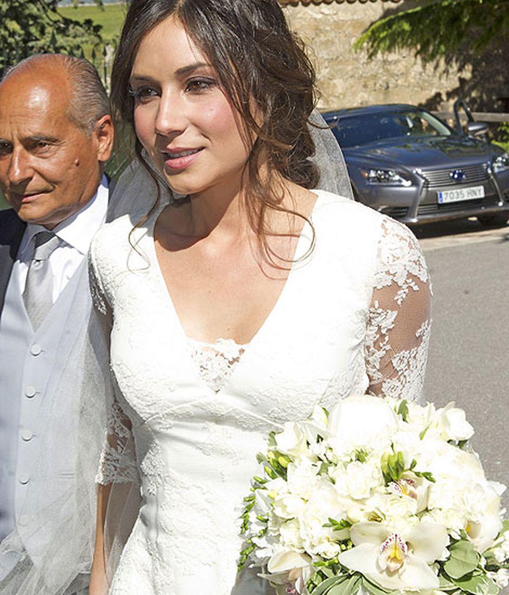 La novia, Cristina Sainz, lució un vestido con escote en pici