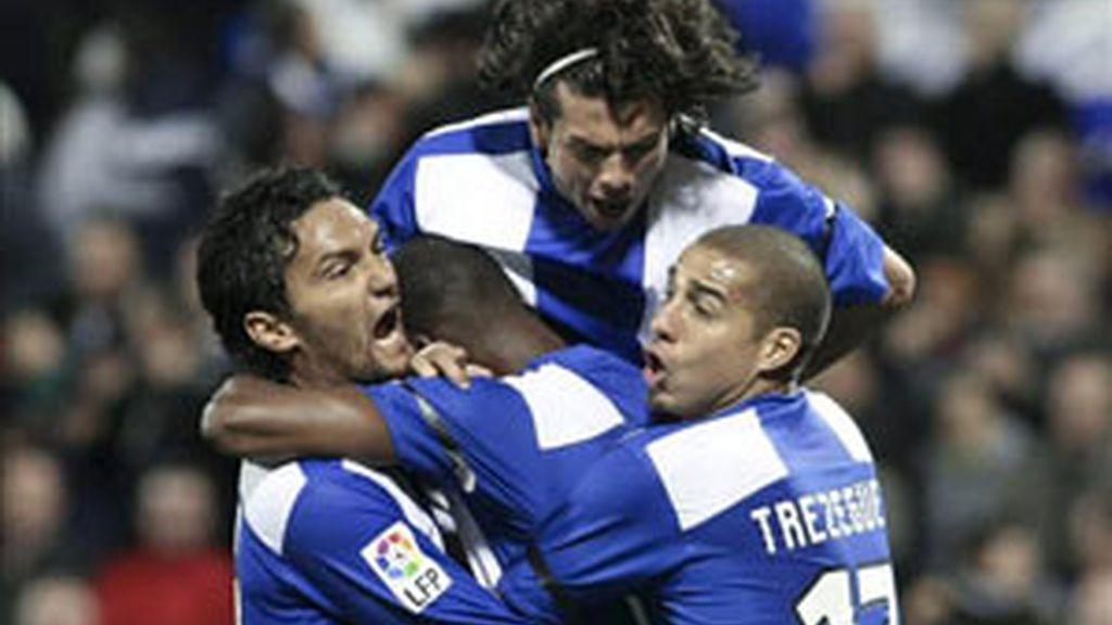El delantero francés del Hércules Olivier Thomert (c), celebra con sus compañeros David Trezeguet (d), el colombiano Abel Aguilar (i) y el paraguayo Nelson Valdez, el gol que ha marcado al Atlético de Madrid, tercero para el conjunto alicantino, en el partido de la decimoctava jornada de Liga, en el estadio José Rico Pérez de Alicante. EFE