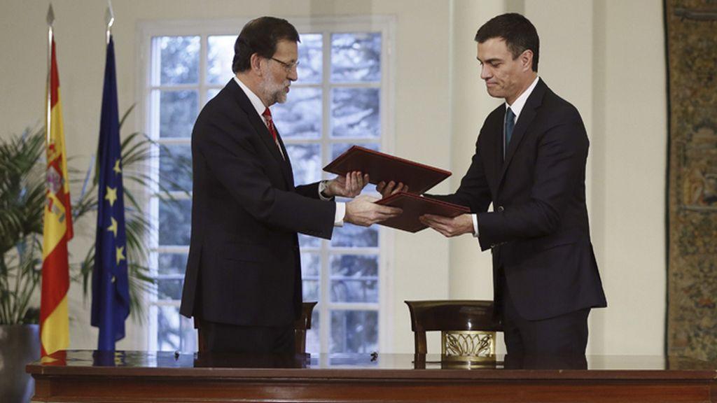 Rajoy y Sánchez firman su primer pacto de Estado