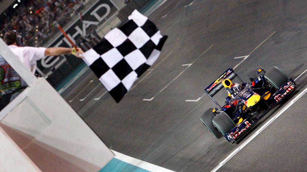 Vettel cruza la linea de meta
