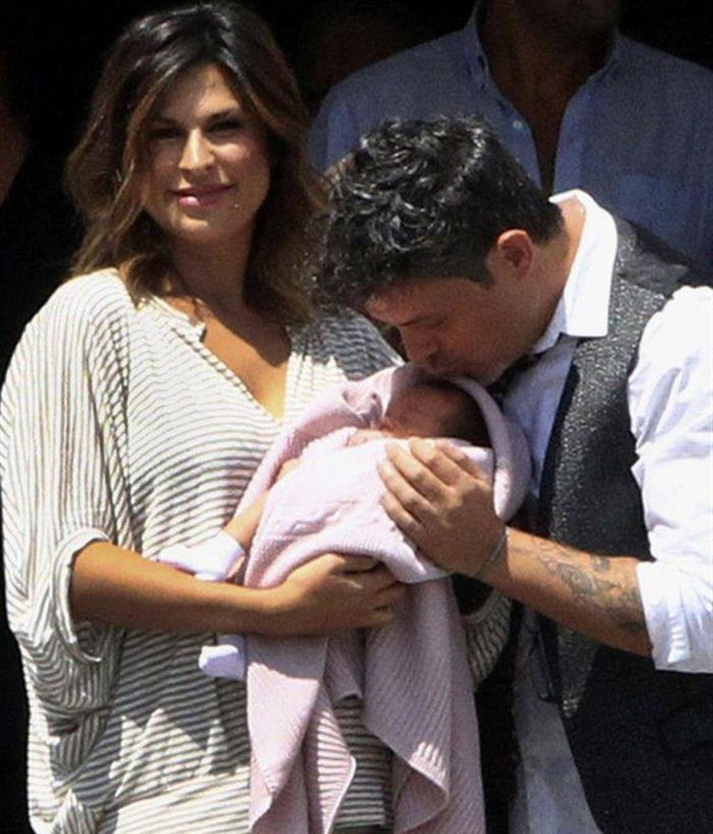 Alejandro Sanz y su mujer posan con su hija Alma