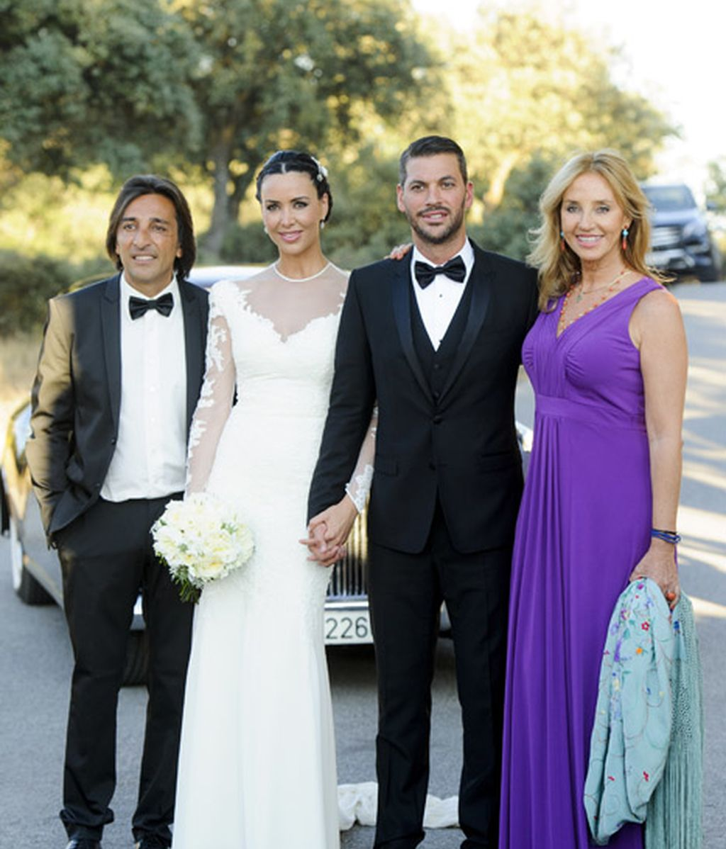 Antonio Carmona y Mariola Orellana junto a los novios
