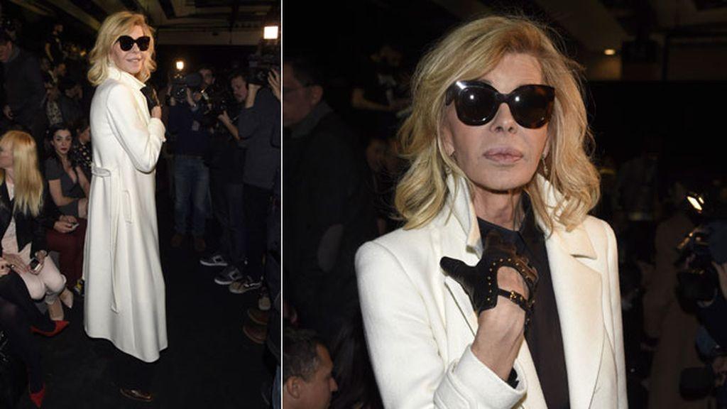 Bibiana Fernández, amiga del diseñador, con abrigo blanco y gafas de sol