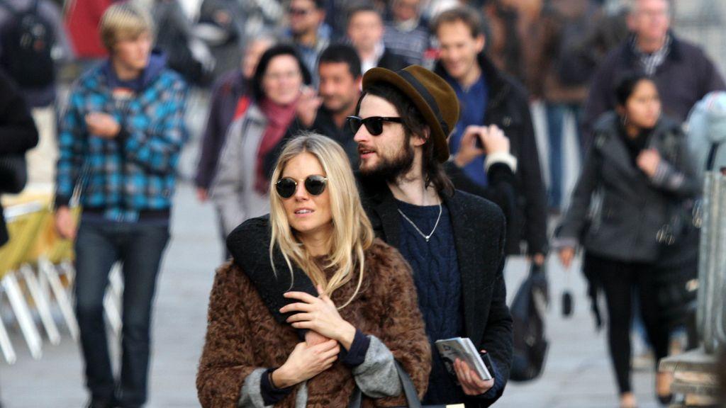 Sienna Miller pasea con su novio