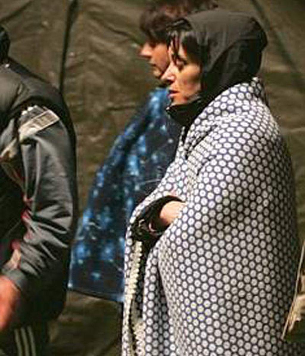 Una señora observa la situación tras el terremoto