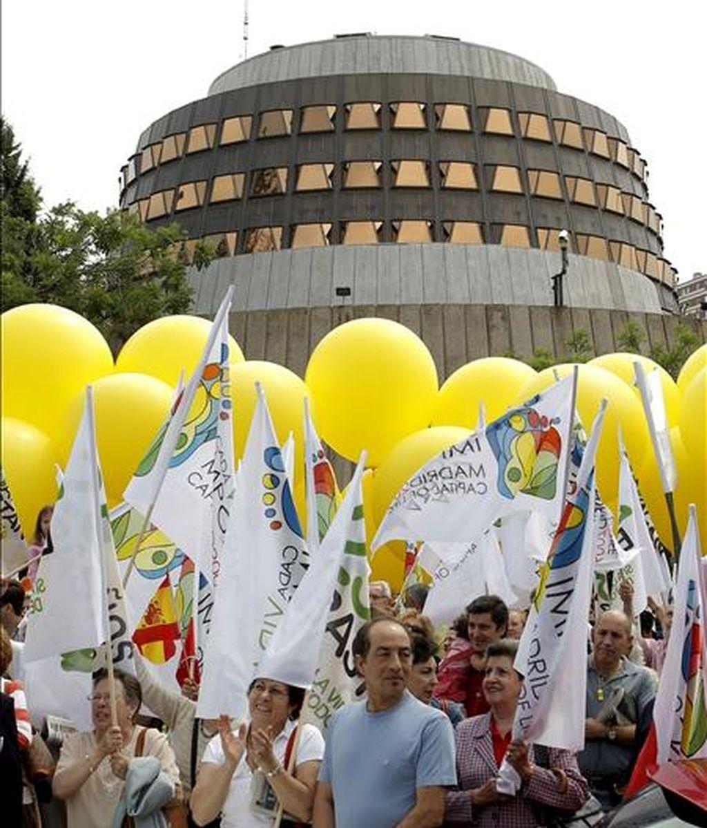 Cientos de personas, convocadas por distintas organizaciones antiabortistas, durante una concentración ayer frente a la sede del Tribunal Constitucional para rechazar la ley del aborto, vigente desde hace 25 años, y la reforma de la misma, que entrará en vigor este lunes. EFE