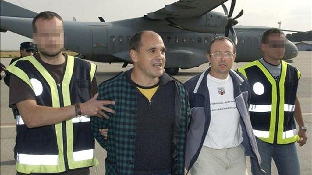 Los presuntos etarras Javier Abaunza Martínez (i), Juan Ramón Carasatorre Aldaz (d), y Manex Zubiaga Bravo (ausente en la foto), relacionados con los comandos Buruhauste, Madrid y Donosti, respectivamente, a su llegada a Madrid en el año 2007. EFE/Archivo