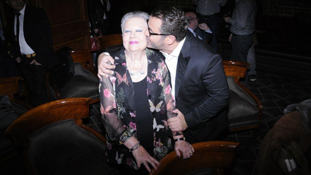 "Jorge Javier adorando a su madre ""La Mari"", casi protagonista de su novela"