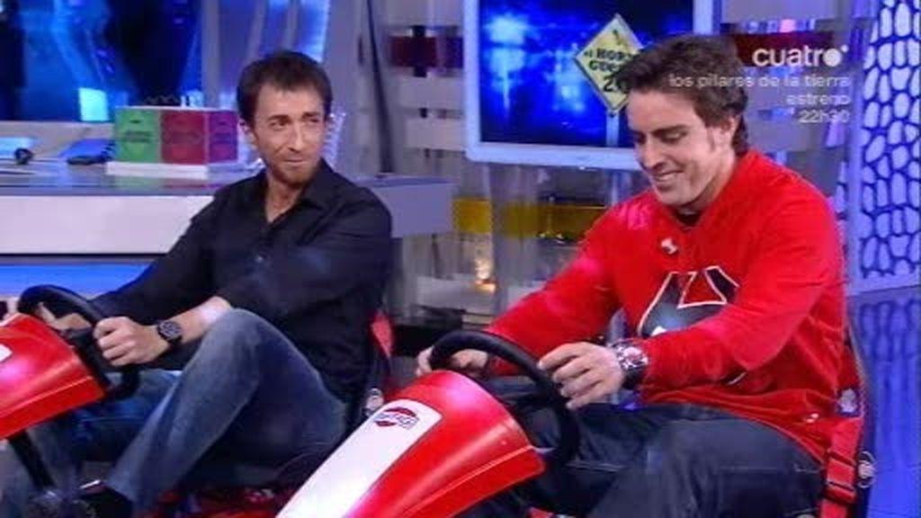 Pablo Motos echa una carrera de triciclos a Fernando Alonso