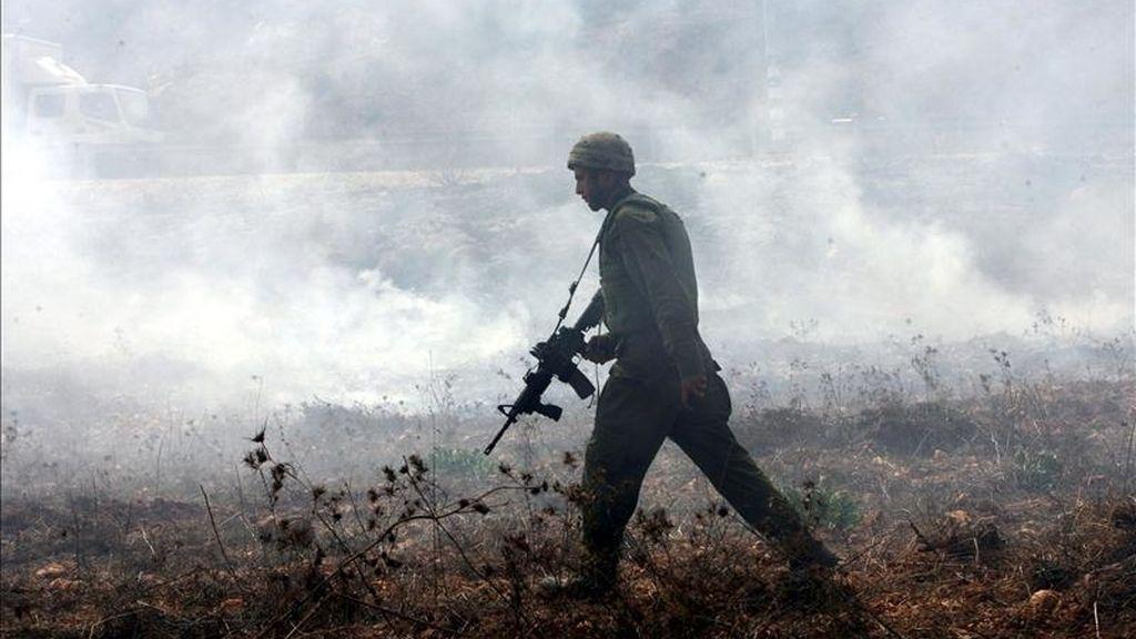 Un soldado israelí monta guardia durante una protesta palestina contra los asentamientos israelíes en Shilo, cerca de Naplusa (Cisjordania). EFE/Archivo