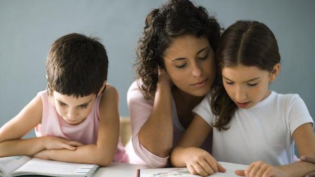 Supervisar los deberes de los hijos mejora su rendimiento escolar