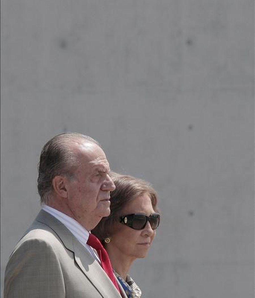 Los Reyes de España, durante el acto de despedida oficial, el pasado jueves, en el Pabellón de Estado de la T-4 del aeropuerto de Barajas, en Madrid, con motivo de su viaje de Estado a Nueva Zelanda y Australia. EFE