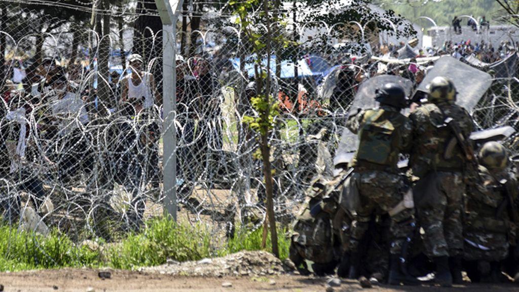 La policía macedonia reprime a los refugiados en la frontera con Grecia