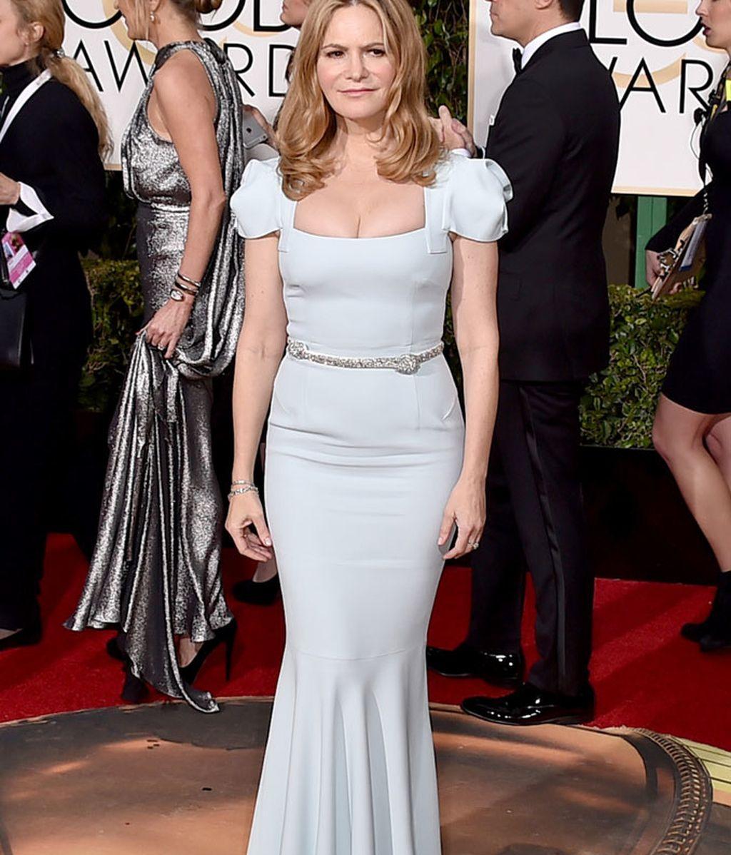 Jennifer Jason Leigh con vestido en tono pastel