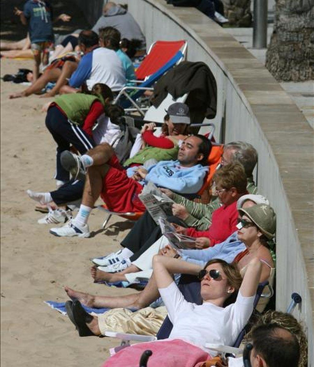 Un grupo de turistas tomando el sol en las pasadas vacaciones de Semana Santa. EFE/Archivo