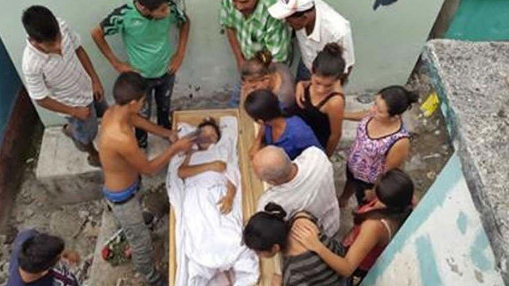 Una adolescente despierta en el ataúd tras ser enterrada