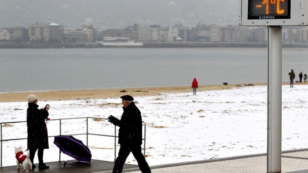 La nieve llega a la playa donostiarra de Ondarreta