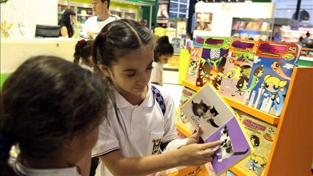 Dos niñas hojean textos durante la 35º edición de la Feria del Libro de Buenos Aires (Argentina), que cuenta con más de mil expositores de 42 países. EFE