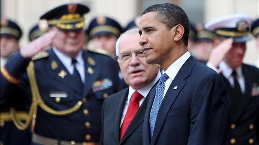 El presidente de Estados Unidos, Barack Obama (dcha), pasa revista a la guardia de honor junto al presidente checo, Vaclav Klaus (c), durante la  ceremonia de bienvenida hoy en el palacio de Praga, República Checa. EFE